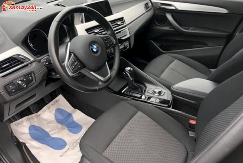 Nội thất xe X2 sDrive18i gần như tương đồng phiên bản cao cấp ra mắt trước đó. Xe được trang bị dải đèn LED nội thất đa sắc màu làm cho không gian cabin sang trọng và hấp dẫn hơn.